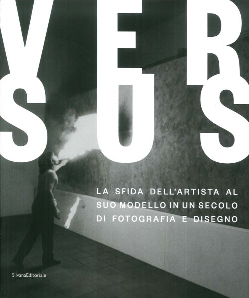 Versus. La sfida dell'artista al suo modello in un secolo di fotografia e disegno. Challenging the artist's model in a century of photography and drawing.